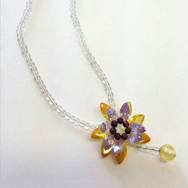 Bezaubernde Halskette Collier aus Kristallsteinen mit Blumen Anhänger